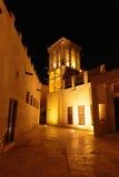 Nattsikt av gatorna av den gamla arabiska staden Dubai Royaltyfria Bilder