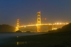 Nattsikt av Golden gate bridge i San Francisco Royaltyfri Bild