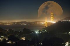 Nattsikt av Golden gate bridge i San Francisco Arkivfoton