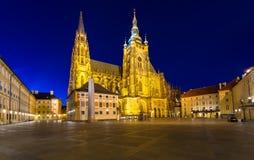 Nattsikt av gotisk St Vitus Cathedral i Prague Royaltyfri Bild
