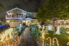 Nattsikt av härlig jul i godisen Cane Lane Arkivbild