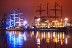 Nattsikt av högväxta skepp Royaltyfria Bilder