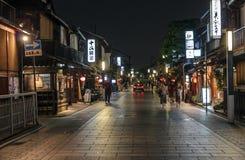 Nattsikt av Hanami-koji i det Gion området, Kyoto, Japan. Arkivfoto