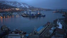 Nattsikt av havsport Petropavlovsk på den Avacha fjärden i Stilla havet lager videofilmer