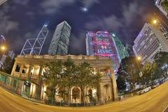 Nattsikt av Hong Kong Legislative Council Building Royaltyfria Foton