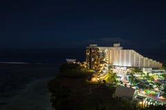 Nattsikt av hotellet Nikko Guam med den härliga Tumon fjärden Arkivbild