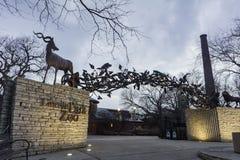 Nattsikt av ingången av Lincoln Park Zoo Royaltyfri Bild