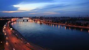 Nattsikt av invallningen av floden Neva och bron arkivfilmer