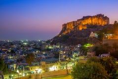 Nattsikt av jodhpur och mehrangarhfortet i jodhpur royaltyfria foton