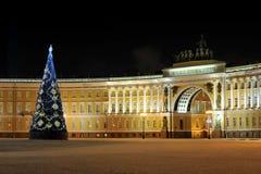 Nattsikt av julgranen på slottfyrkant i St Petersburg, Royaltyfri Fotografi