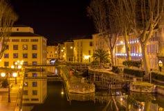 Nattsikt av Kanal de la Robine i Narbonne arkivfoto