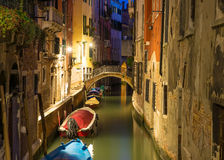 Nattsikt av kanalen i Venedig royaltyfri fotografi