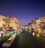 Nattsikt av kanaler i Venedig Arkivbilder