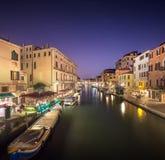 Nattsikt av kanaler i Venedig Royaltyfri Bild
