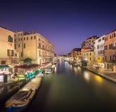 Nattsikt av kanaler i Venedig Royaltyfria Bilder