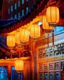Nattsikt av kinesiska röda gatalyktor på sniden fasad Arkivbilder