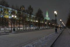 Nattsikt av Kremlväggen och MoskvaKreml i vinter arkivbilder