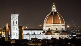 Nattsikt av kupolen del Brunelleschi i Florence Arkivbild