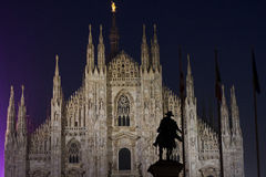 Nattsikt av kupolen i Milan royaltyfria bilder