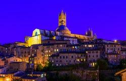 Nattsikt av kupolen och campanilen av Siena Cathedral Duomo di Siena i Sien Arkivfoto
