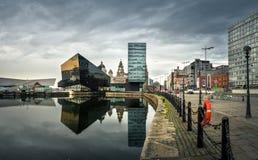 Nattsikt av Liverpool, horisont in mot Albert Doack royaltyfri foto