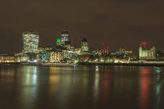 Nattsikt av London cityscape Arkivbild