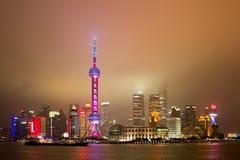 Nattsikt av Lujiazui horisont i Shanghai Arkivfoto