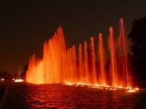 Nattsikt av magiska vattenströmkretsspringbrunnar i Lima Royaltyfria Foton