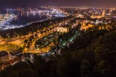 Nattsikt av Malaga med port och Placa de Torros från slott Royaltyfri Bild
