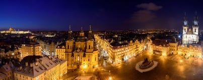 Nattsikt av mitten av Prague Arkivbilder
