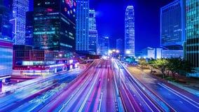 Nattsikt av modern stadstrafik över gatan Tid schackningsperiod Hong Kong arkivfilmer