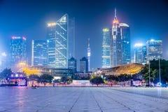 Nattsikt av moderna byggnader i Guangzhou Royaltyfri Fotografi