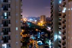 Nattsikt av moderna byggnader i Noida Arkivbild