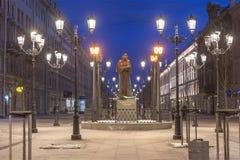 Nattsikt av monumentet till författaren Nikolai Gogol på Malaya Konyushennaya Street i St Petersburg Royaltyfri Foto