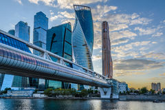 Nattsikt av Moskvastadstornet Arkivbild