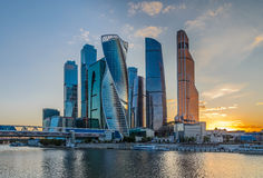 Nattsikt av Moskvastadstornet Royaltyfri Foto