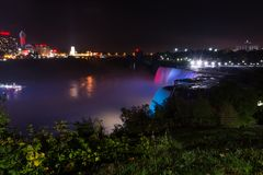 Nattsikt av Niagara Falls på USA sidan Niagara Falls nattsho royaltyfria bilder