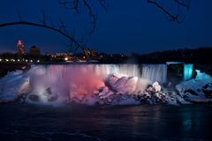 Nattsikt av Niagaraet Falls från den kanadensiska sidan i vår royaltyfria bilder