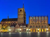 Nattsikt av Nicholass kyrka och stadshus i Stralsund, Tyskland Arkivbilder