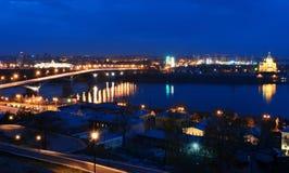 Nattsikt av Nizhny Novgorod Kanavinskiy bro och Alexander Royaltyfri Foto