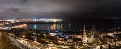 Nattsikt av Nizhny Novgorod med den Kanavinsky bron och Alexander Nevsky Cathedral Royaltyfria Bilder