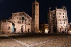 Nattsikt av Parmas Duomo och Baptistery i Piazza Duomo arkivbild