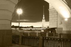 Nattsikt av Peter och Paul Fortress, St Petersburg, svartvit bild Royaltyfri Bild