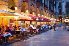 Nattsikt av Placa Reial i Barcelona Royaltyfri Bild