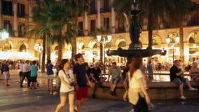 : Nattsikt av Placa Reial med springbrunnen i Barcelona Arkivfoto