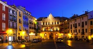 Nattsikt av Plazaborgmästaren i Cuenca Royaltyfria Foton