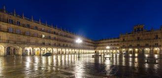 Nattsikt av Plazaborgmästaren i mitt av Salamanca Fotografering för Bildbyråer