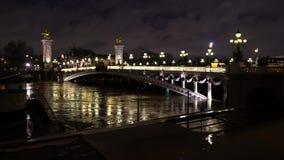 Nattsikt av Pont Alexandre III på floden Seine stock video