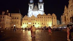 Nattsikt av Pragues den gamla stadfyrkanten arkivfilmer