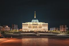 Nattsikt av presidentpalatset`-Ak-Orda ` i Astana, Kasakhstan royaltyfri fotografi
